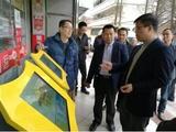 图为市政协主席冯伟华(右一)对新供销塔百奇综合服务平台提供宝贵意见